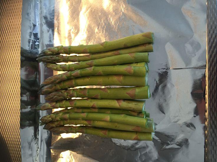 Asperges met Zalm in de oven. 200 gr 20 minuten. - olijfolie - 250gr groene asperges - 4 zalmmoten van 200gr - 1 citroen - 4 takjes rozemarijn - peper - zout