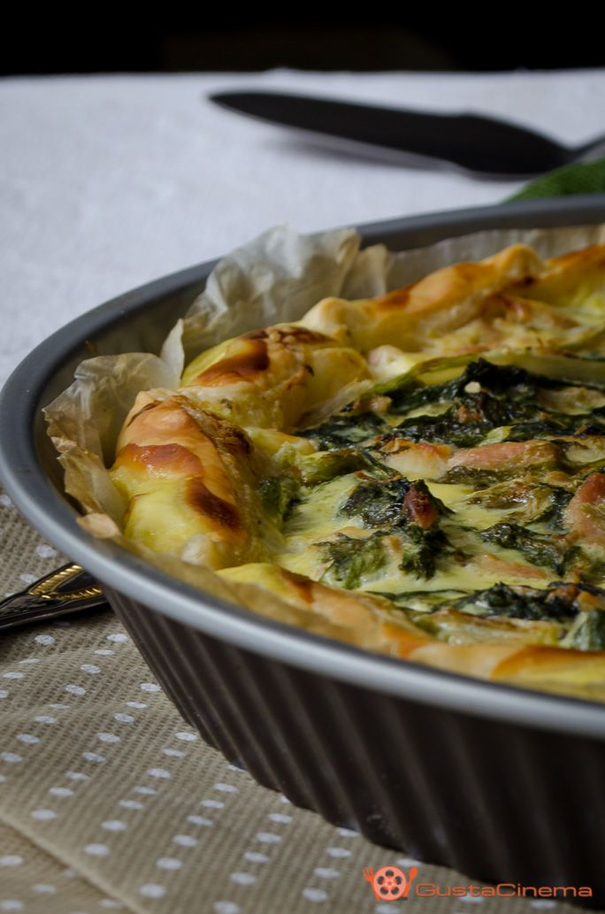 Torta salata scarola e tonno è un gustoso rustico di pasta sfoglia che può essere servito come antipasto o secondo piatto a base di verdure.