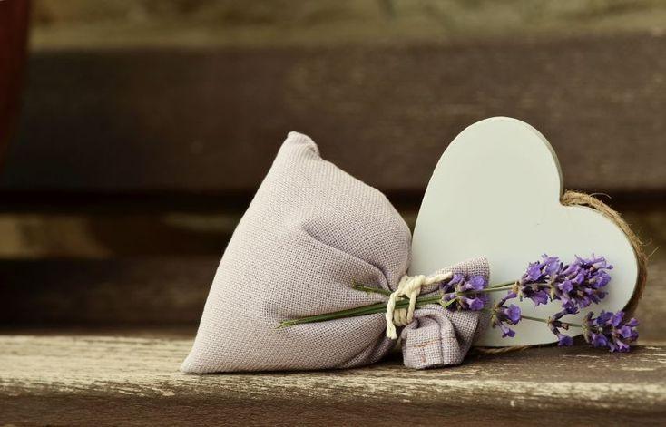 Suszona lawenda może posłużyć jako wkład do zapachowych woreczków. #lawenda #walentynki #2017 #walentynki2017 #prezentdlaniego #PrezentDlaChłopaka #inspiracje #prezenty #PomysłNaPrezent #Lawenda #DIY #handmade #kwiaty #zapachdodomu