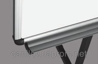 Флипчарт Mobile, фото 2 Флипчарт ― качественный и удобный  инструмент для презентаций. Флипчарт Mobile ― доска на треноге с регулируемыми держателями для бумаги. Сухостираемая износостойкая магнитная поверхность. Алюминиевая рама O-line с пластмассовыми уголками. Устойчивая опора на трех колесах с фиксаторами. Высота регулируется до 190 см.  В комплекте полка для маркеров. Размер поверхности 70х103 см.