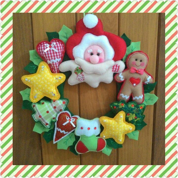 O natal esta chegando...  Que tal uma guirlanda linda para colocar na porta para decorar e alegrar o ambiente!  Feita em feltro e tecido!