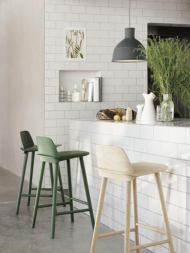 Cozinha com azulejos brancos retangulares