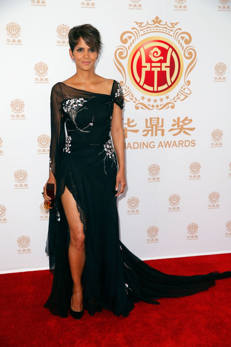 LOS ANGELES, CA - JUNE 01:  Actress Halle Berry poses with the Global Icon Award in the press room during the Huading Film Awards on June 1, 2014 at Ricardo Montalban Theatre in Los Angeles, California. Huading Film Awards is China's