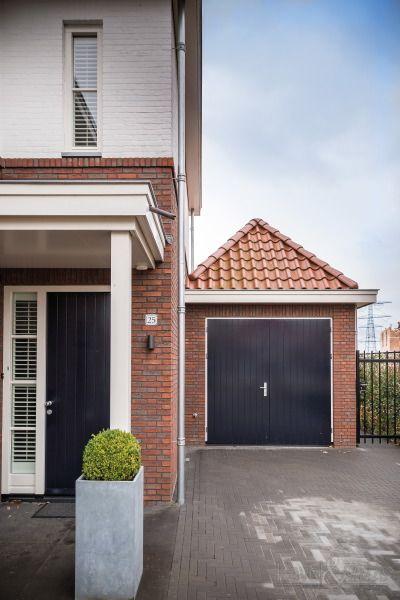 Klassieke woning, jaren-dertig woning. De garage is door het pannendak goed in het ontwerp geïntegreerd.