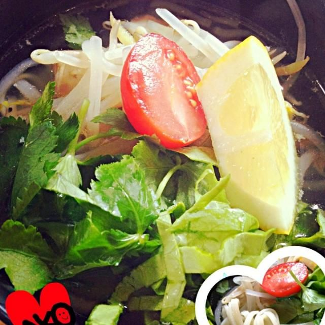 いただいた 細麺のうどんがあったので フォーガー:鶏肉のフォー みたいなアレンジにしました!!  これからの季節 そうめんとかでも美味しいかも♡  ちなみに香菜がなくて 三つ葉をのせました。笑 - 10件のもぐもぐ - フォー\(^o^)/じゃないようどんだよ~!! by AkoGemini