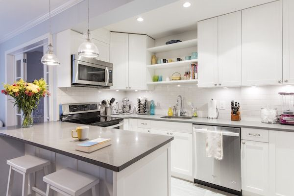 With the kitchen newly open, the team began relocating appliances to create a more convenient U-shape, with a dining bar peninsula serving as a partition between the two rooms.