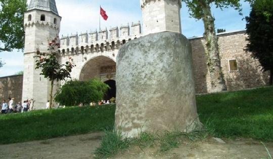 All'interno del primo cortile del Palazzo Topkapı si trova la Fontana del Boia. I boia dell'Impero Ottomano dipendevano dal Bostancıbaşi, il capo giardiniere imperiale. Infatti alcuni giardinieri,...