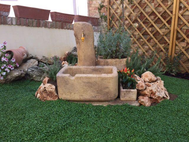 Fontana da giardino in finta roccia, modello: Dolomiti 60, colore: old stone. Località: San Benedetto del Tronto (Ascoli Piceno).