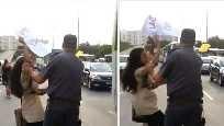 Flagrante: PM aplica choque em manifestante no centro do Rio - Na tarde desta quarta-feira (24/10), um policial militar do 4º BPM (do bairro de São Cristóvão), que controlava uma manifestação no centro do Rio de Janeiro, foi flagrando aplicando um choque com arma não-letal em uma manifestante que segurava um cartaz.    A passeata ocorreu na Avenida Presidente Vargas e reuniu estudantes na pista lateral da via, em protesto contra o aumento da passagem de ônibus na cidade.    As imagens mostr