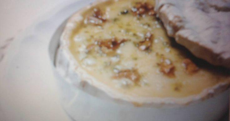 Fabulosa receta para Fondue de camembert con gambas. Brochetas de gambas maceradas en ajo, perejil y zumo de limón asadas a la plancha, servidas alrededor de una terrina de queso. PUEDES VARIARLO CON TROZOS DE PESCADO Ó CON TACOS DE CARNE.