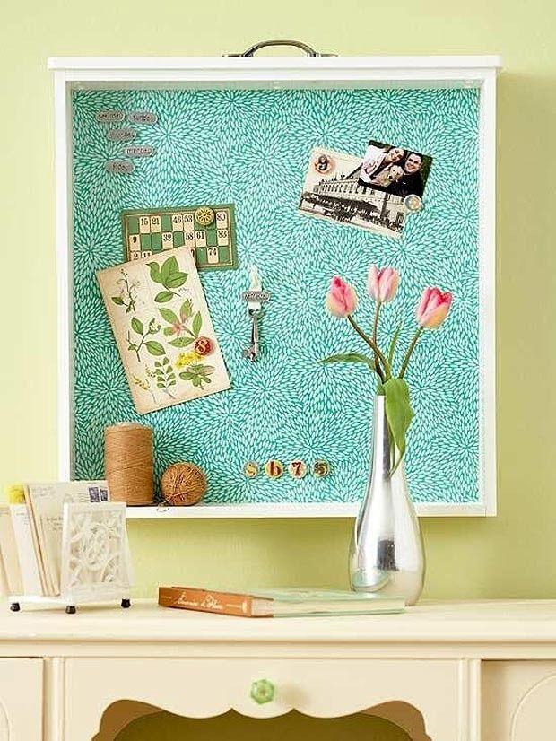 gavetas (Foto: Reprodução/Pinterest)Na parede, esta gaveta foi transformada em um quadro de recados. Para grudar bilhetes e fotografias, é possível revestir a parte interna da peça com um ímã adesivado. O resultado ficará ainda mais bacana se for usado um pedaço de papel de parede por cima do ímã.