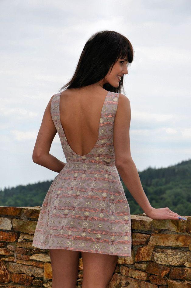 sukienka bombka marki LEMME.  Kolor różowo złoty. Z zalotnym dekoltem na plecach.  Idealna na imprezy okolicznościowe jak wesela, chrzciny.  Uszyta jest z wysokiej jakości...