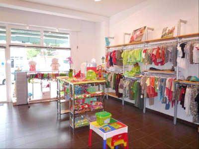 Como decorar un local peque o de ropa femenina buscar for Decoracion de almacenes de ropa