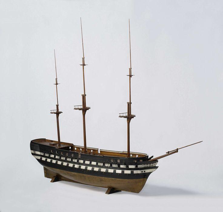 Anonymous | Model van een linieschip van 74 à 80 stukken, Anonymous, 1830 - 1840 | Model van een linieschip van 74 à 80 stukken. Spantmodel van de romp, zwart-wit geverfd en met koperverf onder de waterlijn, met losse rondhouten. Twee en tachtig geschutpoorten verdeeld over drie dekken; vijf niveau's: koebrug, onderdek, tussendek, bakdek en halfdek met afgedekte kuil met loopgangen en roosters, bovencampanje met roef. Het galjoen heeft geen schegbeeld. Gewrongen spiegel, plat wulf met twee…