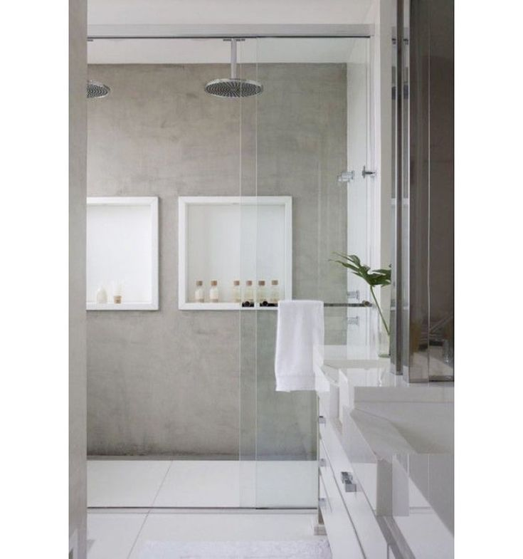 Todo cinza e branco, este banheiro conta com dois nichos dentro do box, que…