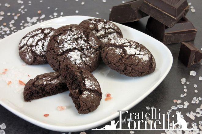 Golosi biscotti al cioccolato fondente e cacao amaro aromatizzati con sale rosa - Fratelli ai Fornelli