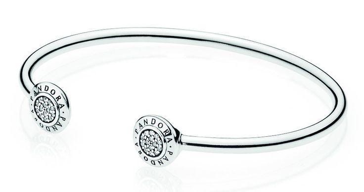 Pandora Armband 'Open Bangle' 590528CZ-2. Prachtige zilveren open bangle van Pandora. De armband is voorzien van ronde uiteinden met Pandoralogo en zirconiasteentjes. https://www.timefortrends.nl/sieraden/pandora/bedelarmbanden.html