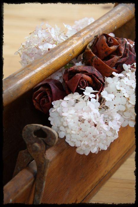 Vanha työkalupakki, hortensiaa ja vaahteranlehtiruusut