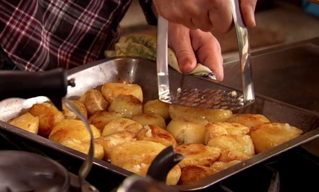 SültKrumpli by Jamie Oliver - Hozzávalók 4 főre:  » 1,5 kg krumpli » tengeri só » bors » néhány gerezd fokhagyma » vörösborecet » olívaolaj +mangalica zsír » egy marék friss, vagy szárított rozmaring