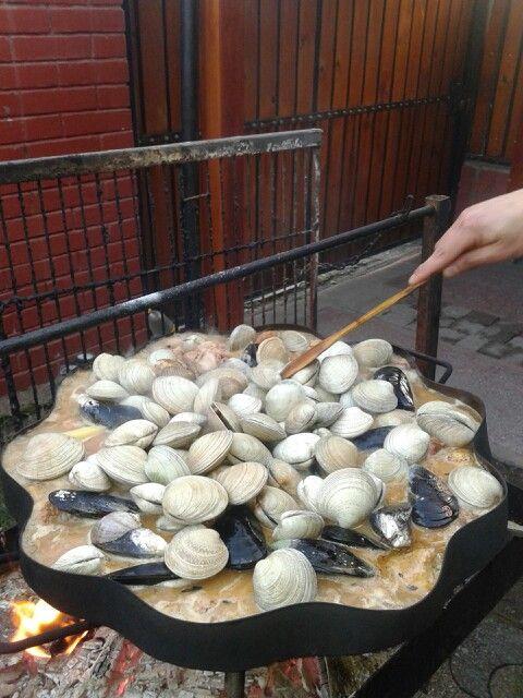 Cocimiento de marisco y carnes comida tipica Chilena.
