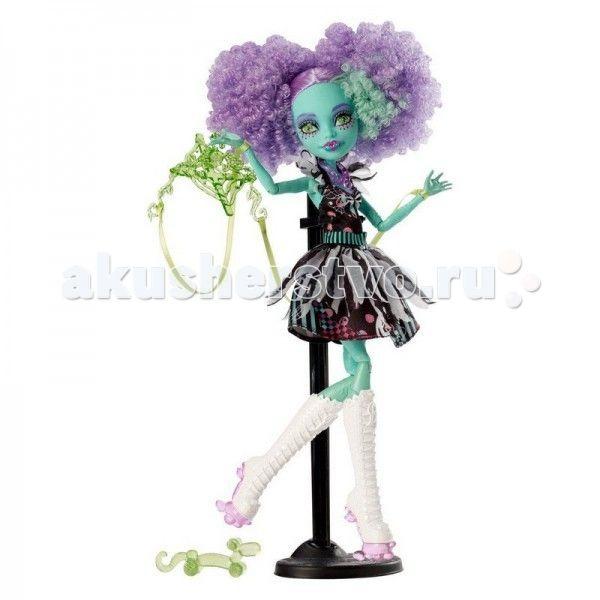 """Monster High Кукла из серии Шапито Honey Swamp  Кукла Monster High из серии Шапито Honey Swamp не оставит равнодушной ни одну поклонницу """"Школы монстров"""".   Особенности: Хани — клоунесса на роликах. У нее очень необычный макияж, свойственный всем клоунам. Большие «круги» сиреневых теней, а возле ресниц черные точки. Губы похожи на губы Кьюпид, с таким же сердечком посередине, но не розовым, а фиолетовым. Волосы у Хани заплетены в два высоких хвоста, но так как волосы у Хани очень кудрявые…"""