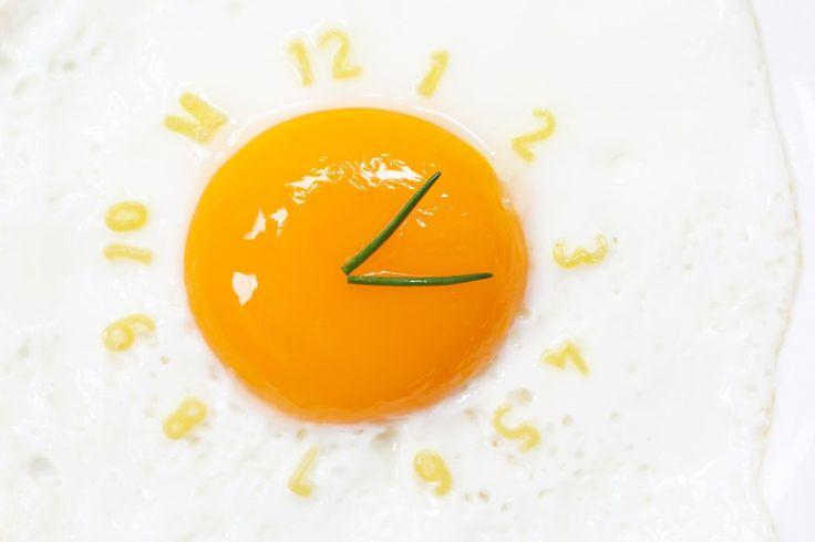Яичницу можно признать одним из самых простых блюд, которое готовится от 2 до 5 минут, но если даже это время тянется мучительно долго, можно поступить по-другому — приготовить яйца в микроволновке.