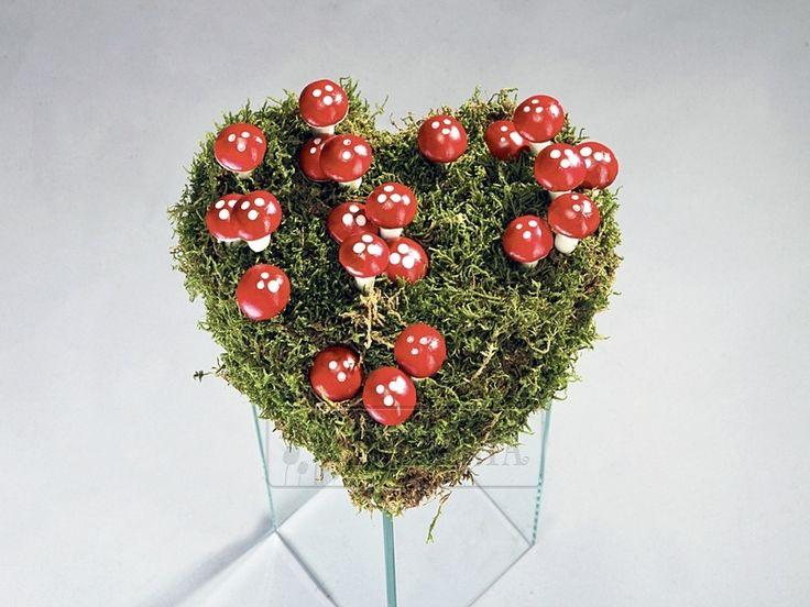 СЕРДЦЕ С МУХОМОРАМИ Эта композиция позволит вам напомнить о себе человеку с хорошим чувством юмора. Заказ цветов в Киеве. Цветочный интернет магазин Тюльпания