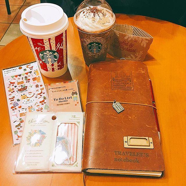 #スターバックス . 昨日、渋谷のLOFTに行ったんだけど人が多くてゆっくり見れずに退散してきました😅 . 偶然同じ電車で帰ってきた娘と、旦那の帰りを待つ間スタバタイム。 レッドカップもあれからカブる事なく着々と揃ってます😆 この寒いのにフラペとか頼む娘…😱 カップが手に入ったからいいか(笑) . . #トラベラーズノート#travelersnotebook#travelersnote#ノート#手帳#スタバ#レッドカップ#ゆずシトラスティー#ダークモカチップクリームフラペチーノ#starbucks#シール#カフェとノート部