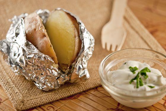 Pommes de terre au four et leur sauce ciboulette