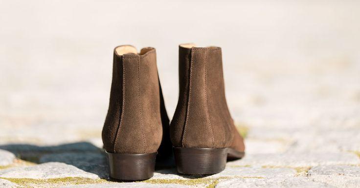 Botines marrones de ante para mujer. Botines de piel elegantes y cómodos a la altura del tobillo. Calzado clásico y artesano para vestir de diario.