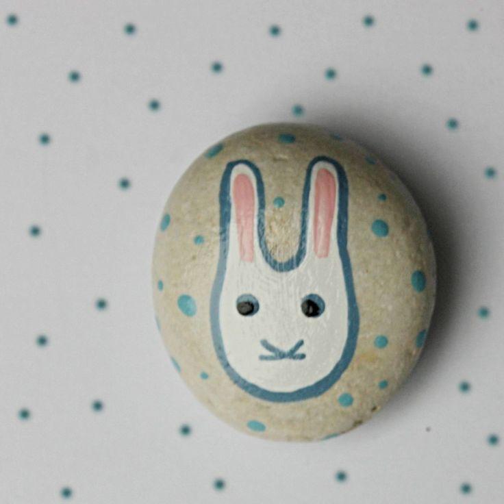 Malovaný kamínek - králík Malovaný kamínek do kapsy, k dekoraci nebo jako maličký dáreček. 4x4,5 cm.