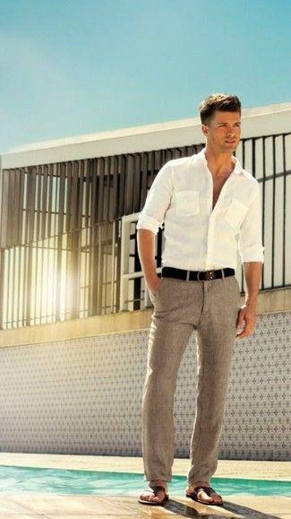 Ponte una camisa de manga larga blanca y un pantalón de vestir de lino gris para rebosar clase y sofisticación. ¿Te sientes valiente? Completa tu atuendo con sandalias.