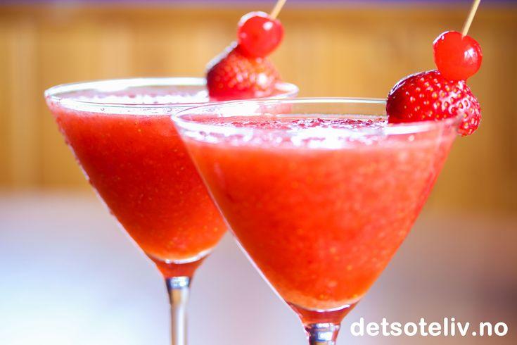 """Alkoholholdig drikke, ikke egnet for mindreårige. Jeg anbefaler alle å anskaffe seg en slushmaskin! En slushmaskin høvler isbiter til flak slik at du kan lage forfriskende slush av all slags drikke. Det er uendelig med muligheter for å lage drinker, enten med eller uten alkohol. Se nærmere omtale i denne sponsede Giveawayen her. Mange har spurt meg om oppskriften på """"Strawberry Daiquiri Slush"""" som jeg viste frem i innlegget. Oppskriften er veldig enkel og det er ikke så viktig med nøyaktige…"""
