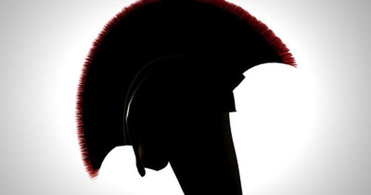 Cómo hacer un casco griego con cartón en media hora. Los cascos, usualmente la parte más cara de un disfraz, pueden hacerse fácilmente con cartulina flexible en poco tiempo. Los líderes de la armada griega mostraban cascos elaborados como parte de su armadura. El rey Leónidas, el líder de los espartanos, usaba el pelo de un caballo como cresta para su casco. Las decoraciones añadidas a un simple ...