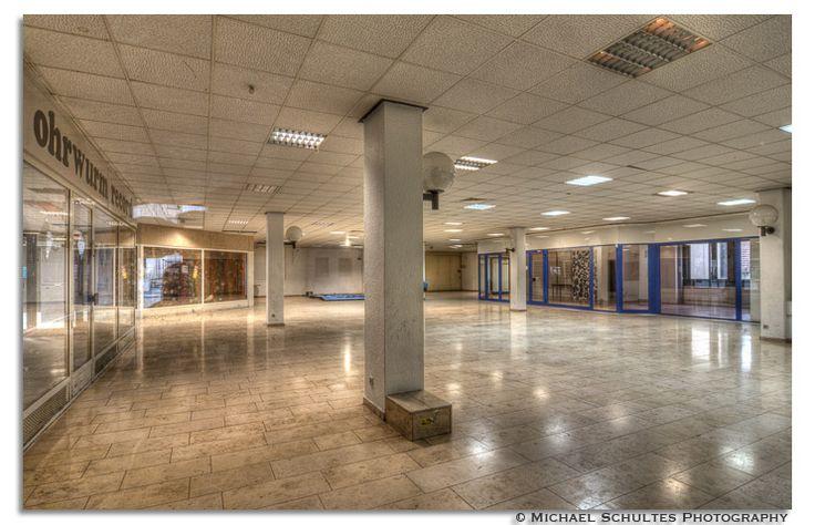 die Säule im leeren Raum, inzwischen abgerissen...