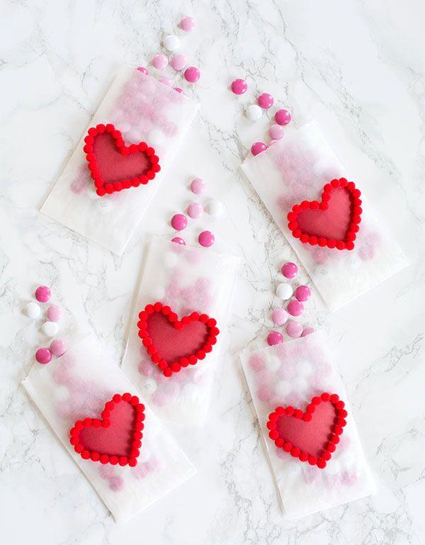 "BOLSITAS ""CORAZON"" (Valentine's Day treat bags decorated with pom pom hearts) #DetallesParaSanValentin #IdeasParaSanValentin"