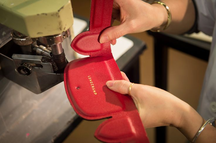Step 8. The leather is dyed along the edge to create an elegant contrast on the body of the bag.