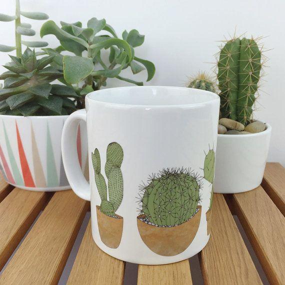Una taza de cerámica blanca con mi diseño original de cactus. La taza es caja fuerte del lavaplatos y llegará cuidadosamente empacada en una caja.