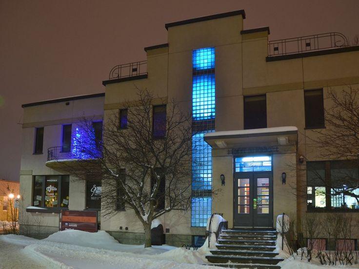 La position stratégique du bâtiment qui abrite le bureau de Trame à Rouyn-Noranda est un endroit tout indiqué pour mettre en valeur le mouvement généré par CULTURAT. Un éclairage au DEL projette une lumière bleue CULTURAT sur le long mur de blocs de verre présent en façade. Trois sapins de tulles bleus CULTURAT, agrémentés de lumières, ont été installés sur le balcon de l'étage.