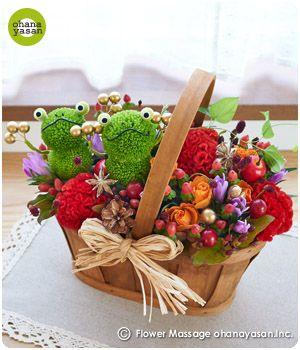 キュート!ピンポンマム(菊の花)で出来たカエルのフラワーアレンジメント。Cute! Animal dolls made with chrysanthemums.
