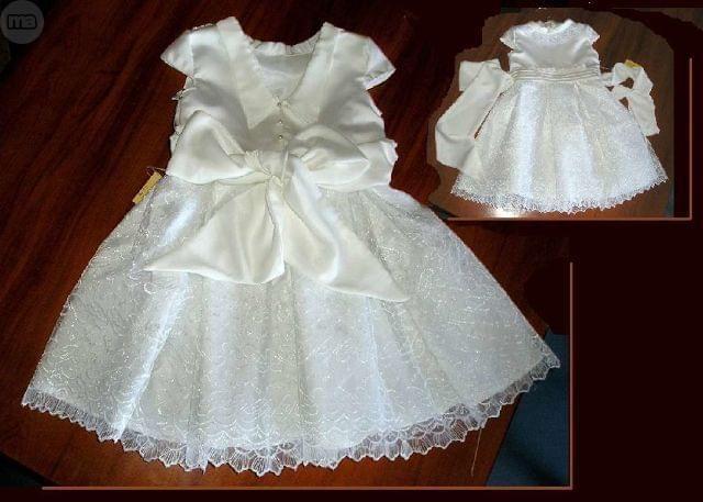 . Vestido de encaje y g�nero de raso en color blanco roto para ni�a de 5 a�os, abierto por detr�s con lazo tambi�n en raso. Est� forrado y la falda est� confeccionada con tablas. A estrenar