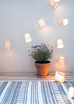 Lichterkette selber basteln aus dekorativen Pappbechern