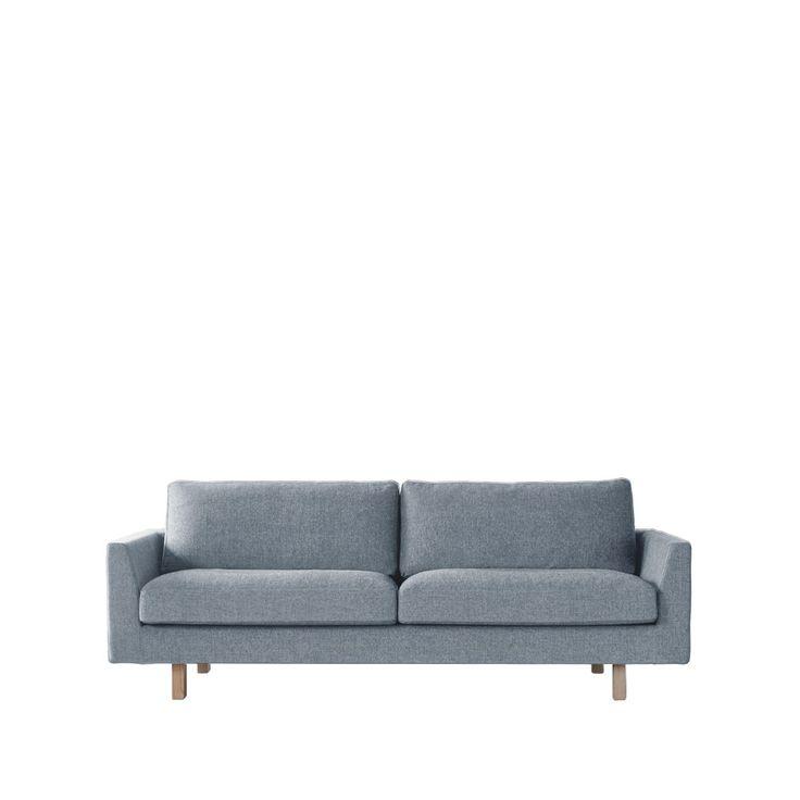 Stay soffa klädd i tyg Fun 60. Soffan har ben tillverkade av massiv ask. Stay är en soffa uppbyggd på en trästomme med nozagfjädrar i botten. Soffans stomme är klädd med polyeter och har en underklädsel i bomullstyg. Sitsplymån är facksydd i nio sektioner, fyllda med en blandning av bollfiber och dun runt en kallskumskärna.