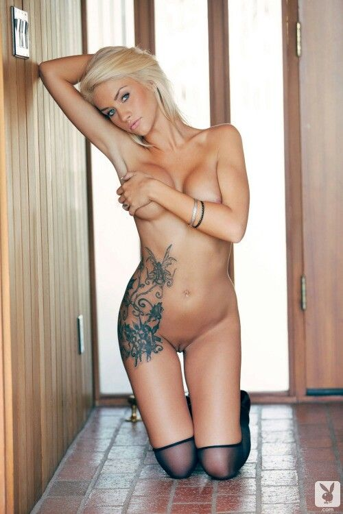 Naked tattooed blonde babe — pic 9