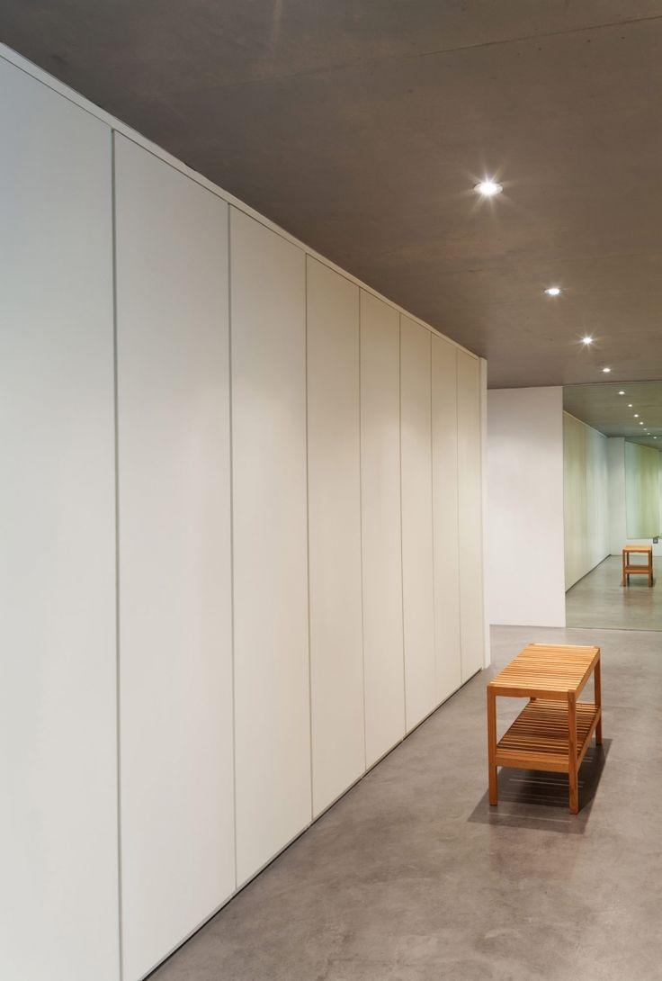 Lange witte inbouwkast met grijs plafond - maatwerk