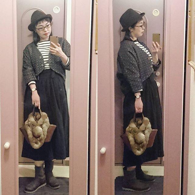 : 昨日の夜こーで。 このカッコじゃ暑かった~💦 帰りの防寒対策にフェイクファーを持って行ったけど、バッグに引っ掛けたまま使わず終い💧 数年前の記念日に、まさしさんが見立ててくれた刺し子のアウターとバッグ。 残念ながら去年は秋が短すぎて着る機会が一度もなかったので、今年こそコレをまさしさんとおでかけする時に着たかったのです☺ : #刺し子#ボーダー#バケツバッグ #studioclip#スタジオクリップ #ガウチョパンツ#ニコアンド#nikoand  #ヴィンテージイヤリング#vintageearring#ピシェ #エンジニアブーツ #SOREL #フェイクファー#samansamos2 #seikodolce : #coordinate#コーディネート#outfit#ootd#今日の服#今日のコーデ#fashion#ponte_fashion #おしゃれさんと繋がりたい #お洒落さんと繋がりたい #kontaこーで