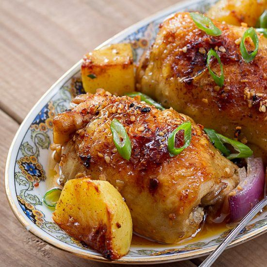Τραγανό, σκορδάτο κοτόπουλο με πατάτες στο φούρνο. Μια πανεύκολη, για αρχάριους, συνταγή, για να απολαύσετε ένα πεντανόστιμο και υγιεινό πιάτο με ένα πάντα