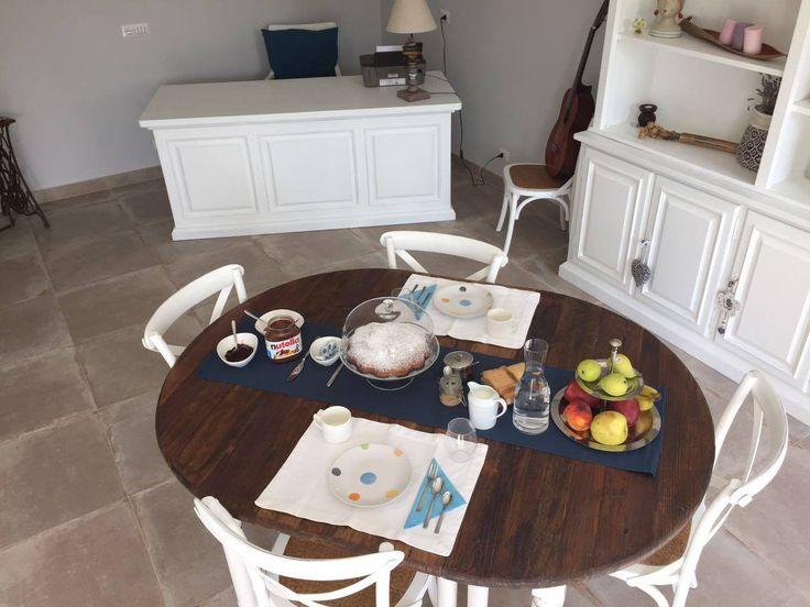 Maison Tizi offre ai suoi ospiti una squisita prima colazione a buffet perché ogni giorno sia un'indimenticabile esperienza gustativa e sensoriale. Profumate torte alla frutta o alla crema con prodotti a Km Zero, marmellate di vari gusti da spalmare sul pane fresco preparate dalla signora Tiziana sono alla base della nostra colazione, oltre al caffè e varie bevande.  #MaisonTizi #lovelysuite #suite #guesthouse #guesthouserome #vacanzeromane #passoscuro #fregene #fiumicino #igerslazio…