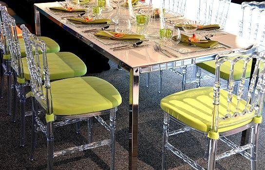 Table à dîner Chromé pas de nappes avec coussin sur les chaise cristal