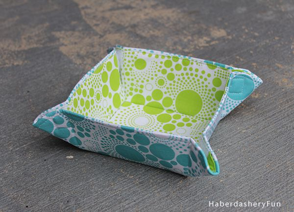 This tutorial shows you how to make a collapsible fabric bowl using your favorite fabric, fusible Peltex and velcro.